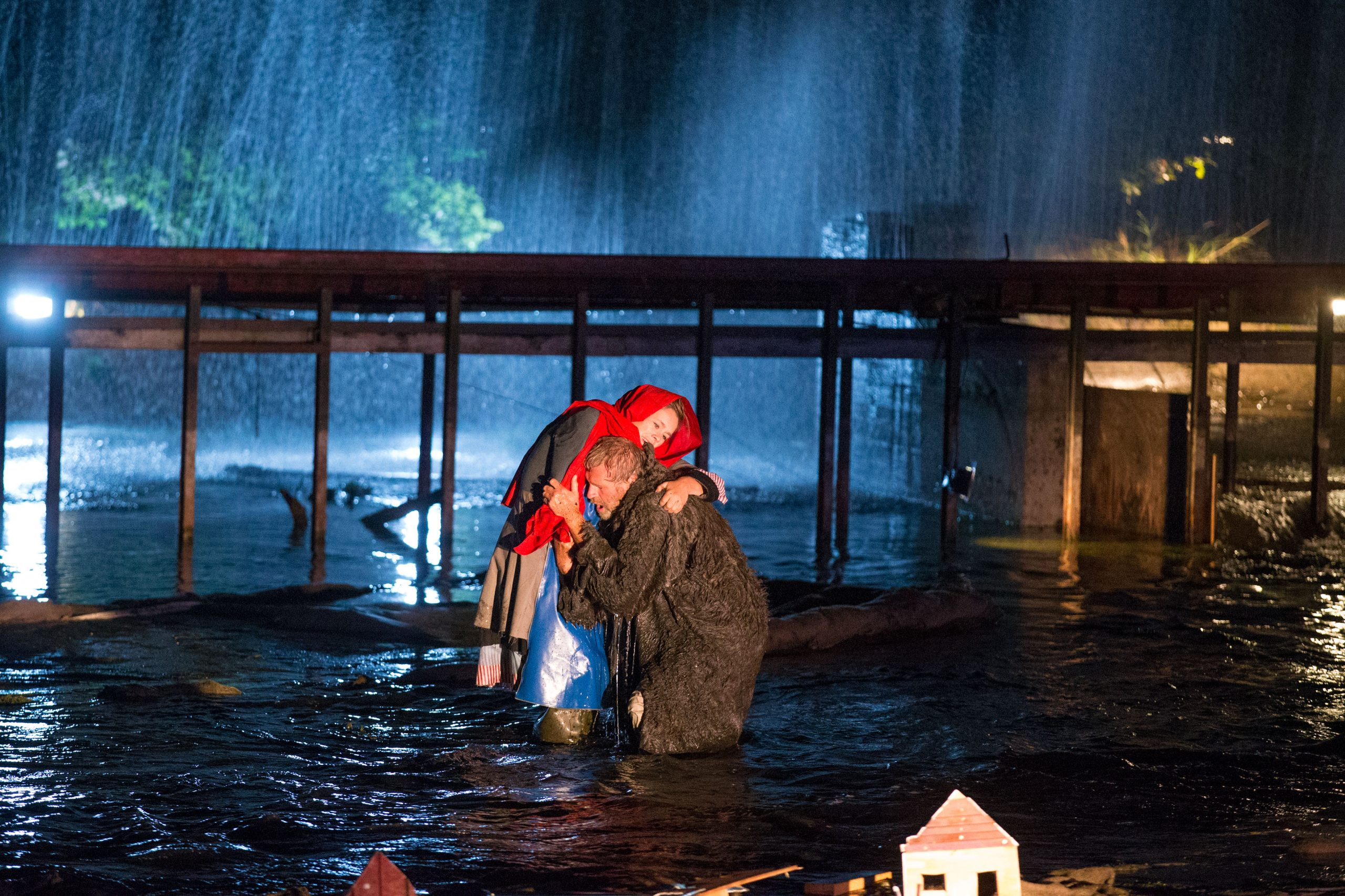 Theatervoorstelling Waterwolf in het Waterloopbos. Een voorstelling van Prins te Paard uit Nagele. De waterloopkundige proefmodellen in het bos vormen het bijzondere decor. Foto Freddy Schinkel, IJsselmuiden © 130912